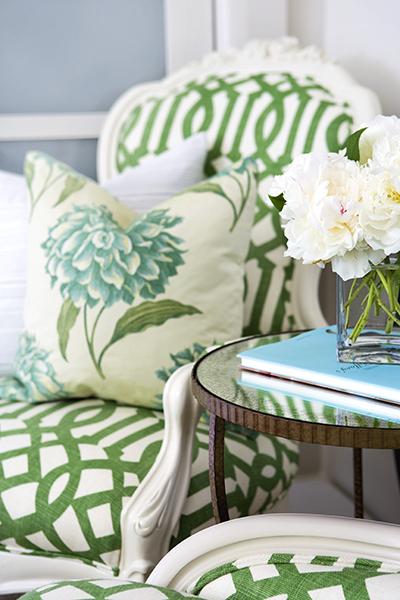 Perna imprimata cu motive florale si scaun tapitat chic.